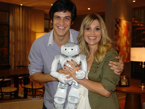 Morde & Assopra - Mateus Solano e Flávia Alessandra terão o robô Zariguim como companheiro na novela (Foto: Nathalia Fernandes / Divulgação TV Globo)