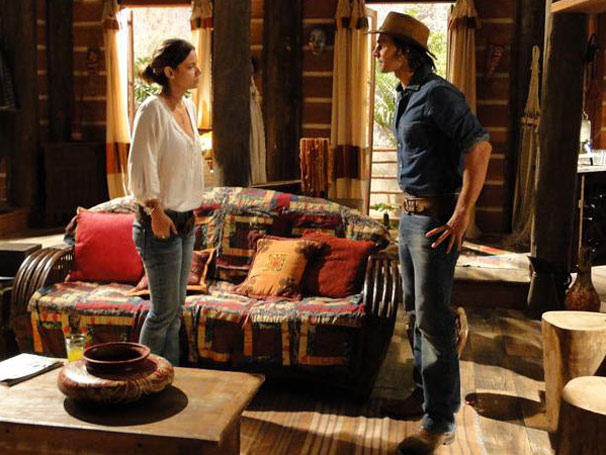 Solano conta para Manuela sobre o incêndio (Foto: Araguaia/ TV Globo )