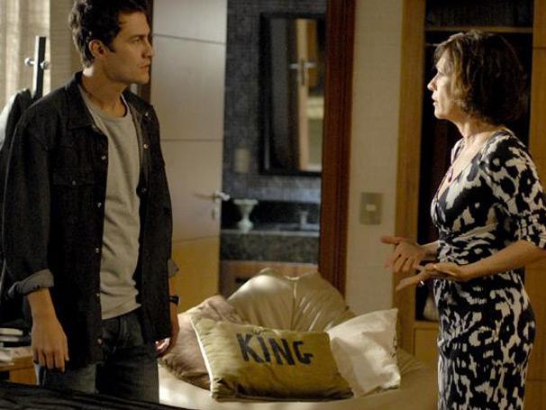 Wanda questiona Léo sobre o dinheiro que ele supostamente pegou com Neném (Foto: Insensato Coração/ TV Globo)