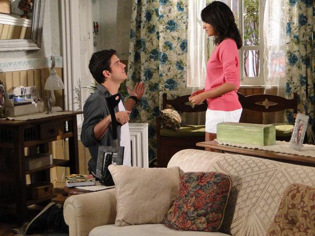 Pedro procura Gabriela e, de joelhos, lhe pede perdão (Foto: Ti-ti-ti/ Rede Globo)