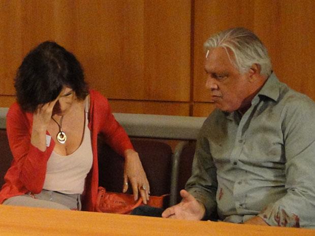 Raul decide denunciar o cassino clandestino e Wanda se desespera (Foto: Insensato Coração/ TV Globo)