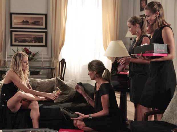 Cortez promove um desfile particular para Natalie em seu quarto no hotel para que ela compre roupas novas (Foto: Insensato Coração/ TV Globo)