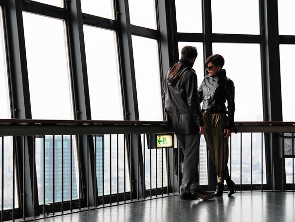 Em Tóquio, Virgínia (Bárbara Paz) encontra com John Lewis (Michel Bercovitch) para negociar fósseis (Foto: TV GLOBO / Ricardo Yamamoto)