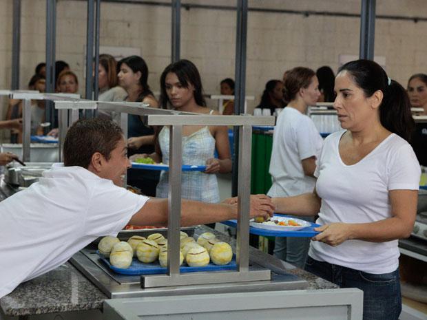Jandira avisa a Norma para tomar cuidado com Araci (Foto: TV Globo/Insensato Coração)