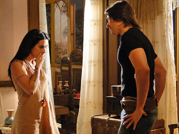 Solano orienta Estela a aceitar o pacto com Iaru e dizer que seu filho será salvo (Foto: Araguaia/ TV Globo)