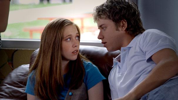No entanto, as duas se apaixonam pelo mesmo menino no colégio (Foto: Divulgação)
