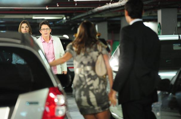 Gilda (Helena Fernandes) e Beto (Petrônio Gontijo) flagram Úrsula (Lavínia Vlasak) e Neymar (Dudu Azevedo) (Foto: TV Globo / João Miguel Júnior)