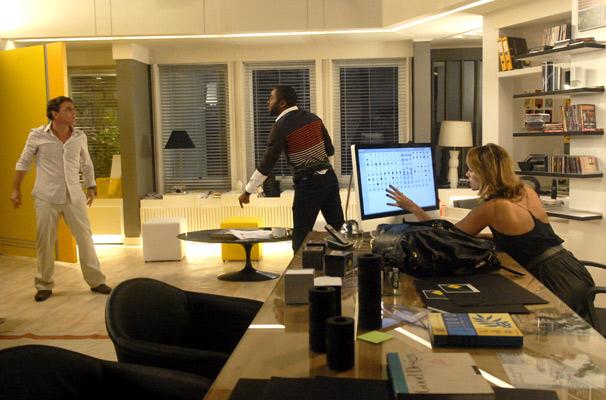 André (Lázaro Ramos) segura Aquiles (Guilherme Leme) enquanto Marina (Paola Oliveira) pega as fotos  (Foto: TV Globo/ Blenda Gomes)