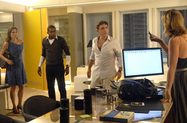 Marina (Paola Oliveira) procura pelas fotos enquanto André (Lázaro Ramos) distrai Aquiles. Úrsula (Lavínia Vlasak) também chega no escritório (Foto: TV Globo / Blenda Gomes)