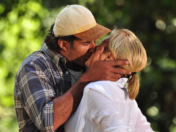 Abner discute com Júlia, mas os dois acabam se beijando (Foto: Morde & Assopra/ TV Globo)