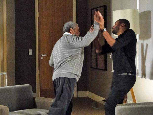 André discute com o pai na frente de Carol (Foto: Insensato Coração/ TV Globo)