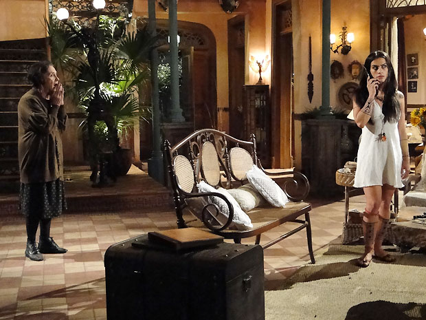 Mariquita diz a Estela que acredita que Solano gosta dela (Foto: Araguaia/ TV Globo)