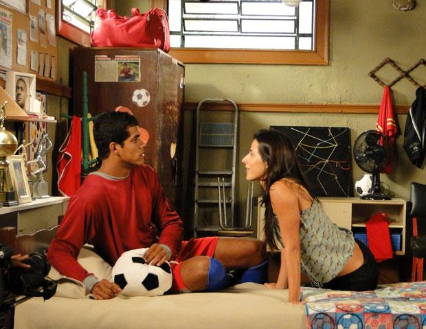 Anita exige que Maicon a apresente como sua noiva (Foto: Malhação/ TV Globo)