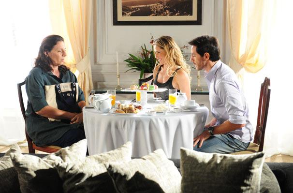 Haidê (Rosi Campos) e Douglas (Ricardo Tozzi) encontram Natalie (Deborah Secco) no hotel em que ela mora (Foto: TV Globo / João Miguel Junior)