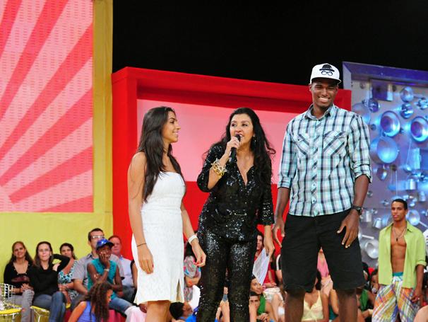 Regina Casé com a filha Benedita e o namorado dela João (Foto: TV Globo / João Miguel Júnior)