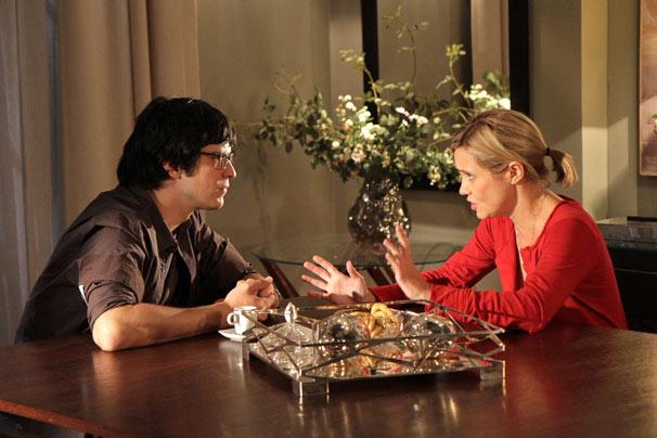 Júlia (Adriana Esteves) pede para Ícaro (Mateus Solano) inventar um raio x (Foto: TV Globo / Blenda Gomes)