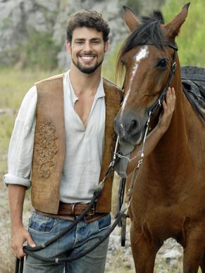 Cauã Reymond  ao lado de seu cavalo na novela (Foto: TV Globo/ Márcio Nunes)