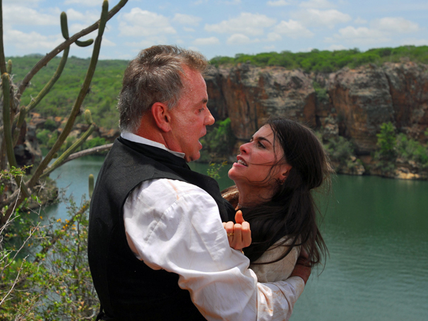 Nicolau (Luiz Fernando Guimarães) e Cristina (Alinne Moraes) (Foto: TV Globo/ Zé Paulo Cardeal)