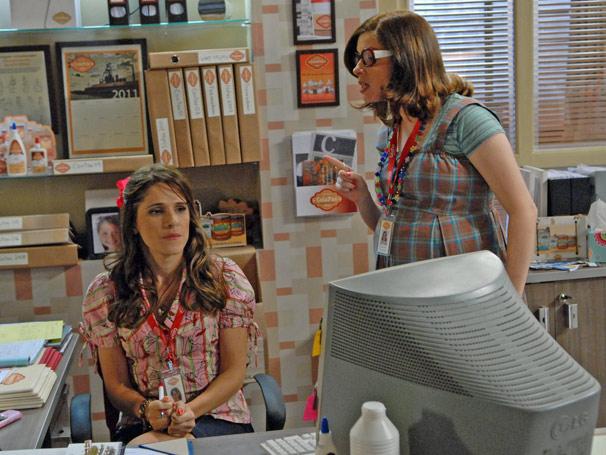 Amanda (Daniele Valente) pede para Val (Ingrid Guimarães) colocar o nome de seu filho na lista para o rodízio do carro (Foto: TV Globo / Marcio Nunes)