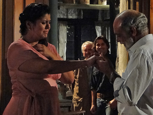 Genão chega à estância e pede Aspásia em casamento (Foto: TV Globo/ Araguaia)
