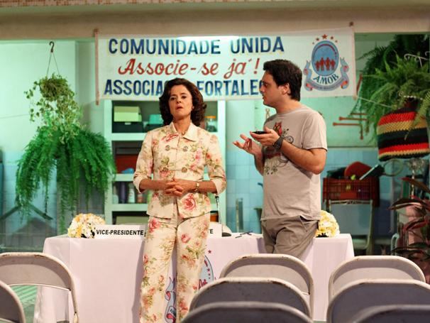 Nenê (Marieta Severo) se lamenta com Tuco (Lúcio Mauro Filho) , a única pessoa na platéia (Foto: TV Globo/ Blenda Gomes)