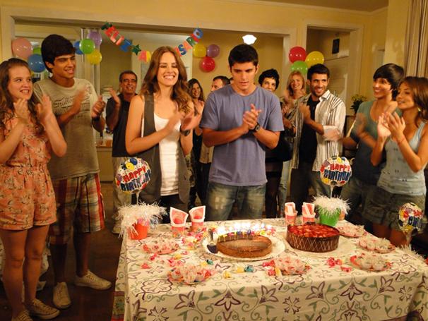 Raquel ganha festa de aniversário surpresa (Foto: Tv Globo/ Divulgação)