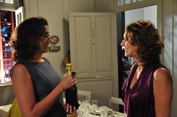 Mercedes (Lilia Cabral) recebe Suzana (Patrícia Pillar) em sua casa (Foto: TV Globo / Estevam Avellar)
