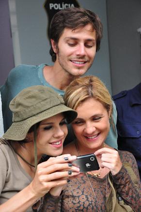 André Bankoff, Bárbara Paz e Adriana Esteves se divertem com os vídeos no celular do diretor de núcleo Rogério Gomes (Foto: TV Globo / Estevam Avellar)