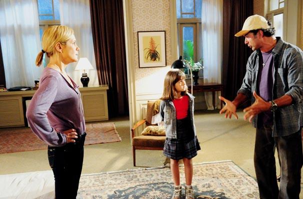 Tonica (Klara Castanho) é levada pelo pai ao hotel em que Júlia (Adriana Esteves) está hospedada para esclarecer confusão (Foto: TV Globo / João Miguel Júnior)