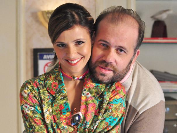 Flavinha (Fernanda de Freitas) mostra que, apesar de Djalma (Otávio Muller) ser o chefe, quem manda é ela (Foto: TV Globo/Estevam Avellar)