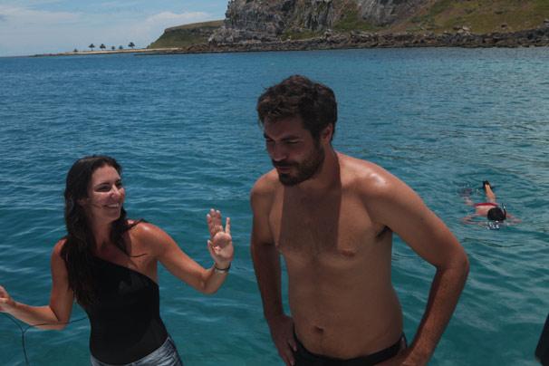 Glenda Kozlowski convida Thiago Lacerda para mergulhar em Abrolhos (Foto: Divulgação TV Globo/ Jorge Moura)