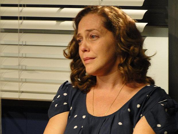 Daisy se surpreende ao ver Kléber na reunião do grupo de apoio (Foto: TV Globo/ Insensato Coração)