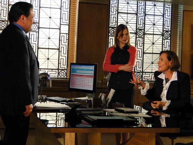 Minerva procura Oséas e pressiona o banqueiro a executar a dívida de Abner (Foto: TV Globo/ Morde & Assopra)
