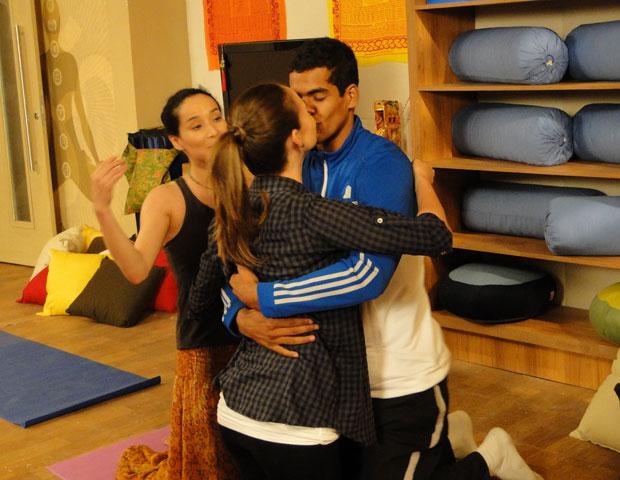 Maicon e Babi se beijam durante aula de ioga  (Foto: Malhação/ TV Globo)