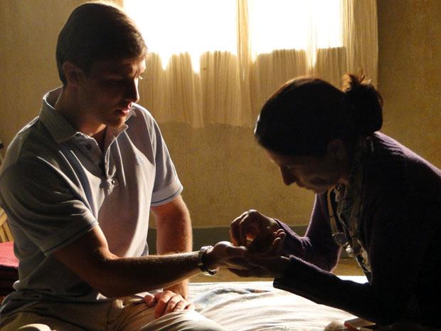 Dulce oferece as alianças dos pais para Guilherme presentear Alice (Foto: Morde & Assopra/ TV Globo)