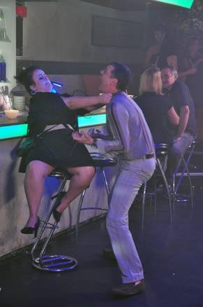 Jurandir (Marcello Airodi) se atraca com outra mulher na pista de dança (Foto: TV Globo / Estevam Avellar)