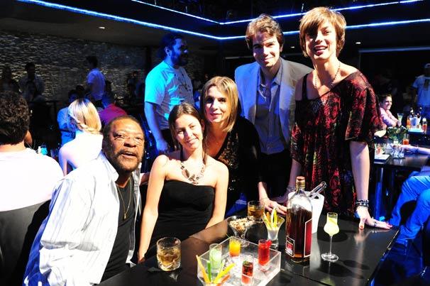Martinho da Vila, Cléo, Liège Monteiro e o marido, Luiz Fernando Coutinho, acompanhados da atriz Maria Paula  (Foto: TV Globo/Marcio Nunes)
