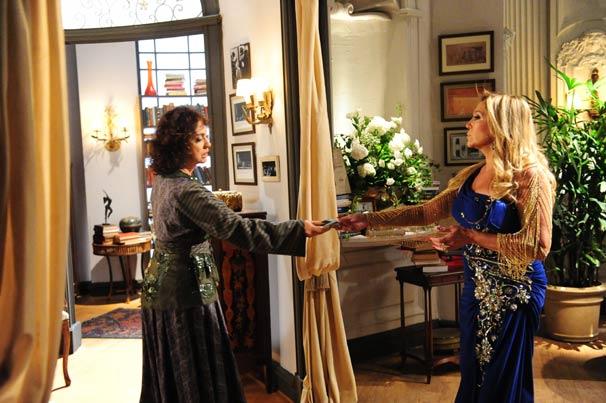 Sandra (Eliane Giardine) tenta chantagear Lara (Susana Vieira) (Foto: TV Globo/João Miguel Júnior)