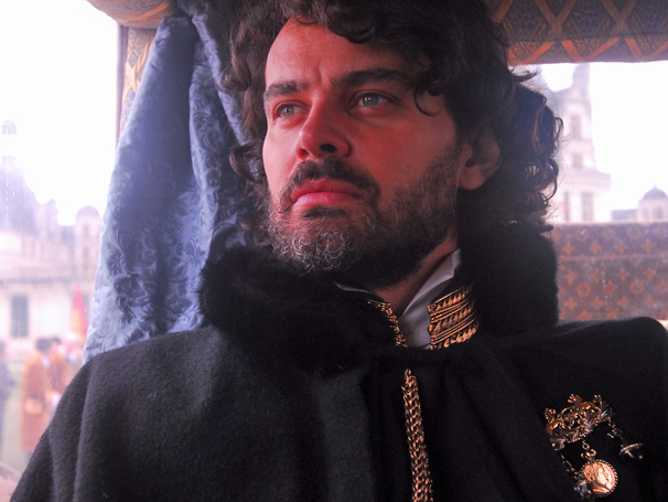Rei Augusto (Carmo Dalla Vecchia) tem esperança de encontrar a filha no Brasil (Foto: TV Globo/Zé Paulo Cardeal)