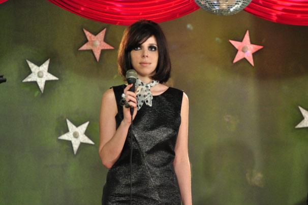 Nikita (Natalia Klein) ameniza a maquiagem e perde os acessórios pesados para assumir o posto de cantora (Foto: TV Globo / Estevam Avellar)