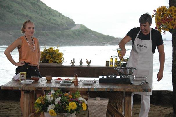 Alexandre Borges ensina a receita de um peixe assado recheado de camarão (Foto: TV Globo/Deborah Montenegro)