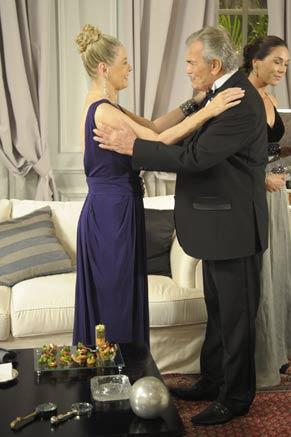 Teodoro (Tarcísio Meira) e Catarina (Vera Fischer) se reencontram (Foto: TV Globo/Renato Rocha Miranda)