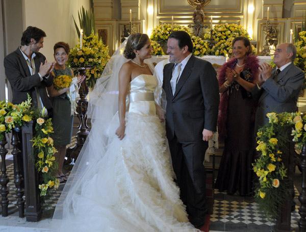 Minerva (Elizabeth Savalla) e Isaías (Ary Fontoura) prestigiam Lavinia (Nivea Stelmann) e Oséas (Luis Mello) (Foto: TV Globo/ Renato Rocha Miranda)