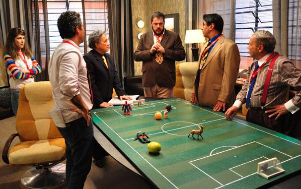Caíque (Alexandre Nero) mostra para Guilherme (Pedro Paulo Rangel) o esquema tático (Foto: TV Globo / Estevam Avellar)