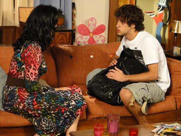 Railda revela a Theo o motivo por tê-lo abandonado (Foto: Malhação/ TV Globo)
