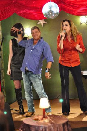 Valéria (Marisa Orth) e Nelson (Jorge Fernando) cantam a música que marcou o relacionamento deles (Foto: TV Globo / Estevam Avellar)
