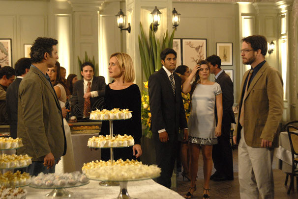 Abner (Marcos Pasquim) descobre que John (Michel Bercovitch) e Júlia (Adriana Esteves) são noivos (Foto: TV Globo/Blenda Gomes)