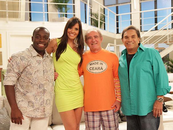 Talula ao lado dos atores da Aventuras do Didi (Foto: Blenda Gomes/ TV Globo)