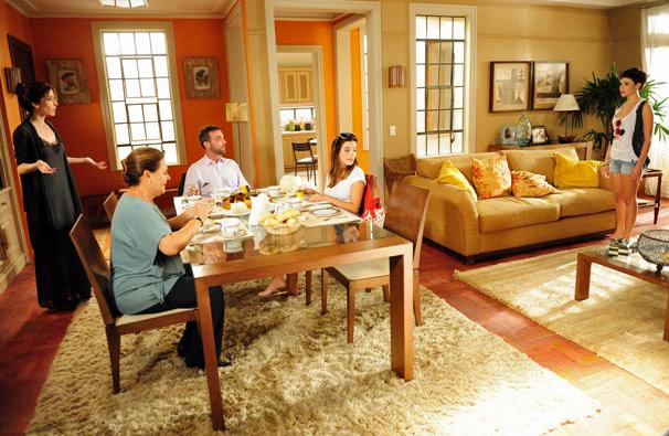 Leila (Bruna Linzmeyer) volta para casa e encontra Eunice (Deborah Evelyn), Júlio (Marcelo Valle), Cecília (Giovanna Lancellotti) e Zuleica (Bete Mendes) (Foto: TV Globo/ João Miguel Júnior)