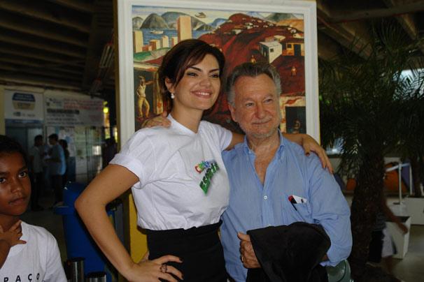 Mayana Neiva e João Candido Portinari participam da inauguração do painel 'Plantando Bananeira' (Foto: TV Globo/Gisele Gomes)